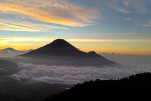 Menyambut golden sunrise Sikunir Dieng Plateau